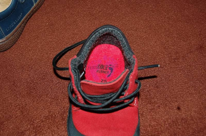 Fotka, jak padne vložka na patě v botě SR PAN a na další fotce je vložena do Vivo Reno.