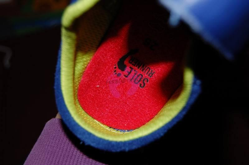 """Vložka z bot SR PAN v patě bot Vivo Reno vůbec """"nesedí"""". Ačkoliv jdou boty PAN lépe utáhnout na užší kotník, mají vložku pod patou širší než je prostor na patu v Vivo Reno."""